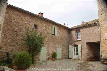 Châteaux Ismh du 12e remanié au 17e avec tour et piscine sur 1,5 hect