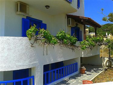 A great apartment complex of 135m2 located right by the sea in a tranquil area.