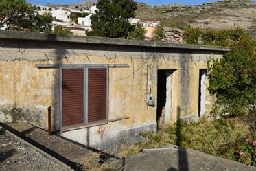 Old house for renovation of 140m2 located on a plot of 240m2.