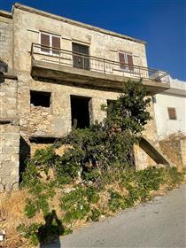 Agios Stefanos-Makrigialos : Maison de trois étages à rénover à 7 km de la mer.