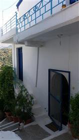 Skopi-Sitia : Belle maison traditionnelle en pierre avec de beaux balcons, une terrasse sur le toit