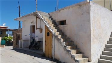 Maison en pierre avec vue sur la montagne et la mer à seulement 4 km de la mer.