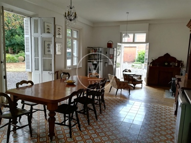 Large townhouse with a large garden, 5 bedrooms, outbuilding...