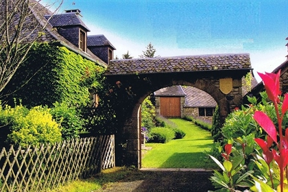 Housing complex with gite, well, bread oven, swimming pool, ...