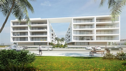 Magnificent condominium located in front of the sea and marina of Olhão. Consisting of gro