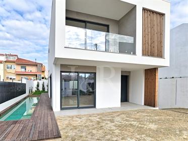 Moradia de luxo T4 com jardim e piscina em Carcavelos