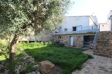Bâtiments anciennement agricoles transformés en loft contemporain, avec jardin et dépendances et sta