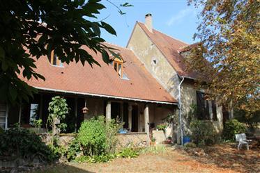 Propriété composée de 2 maisons, une dépendance avec salle et tour-colombier