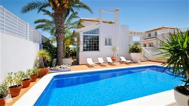 Espectacular Villa de Estilo Colonial en Alicante