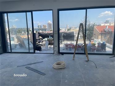 Un ático nuevo y especial en Tel Aviv en un nivel con amplias terrazas para tomar el sol