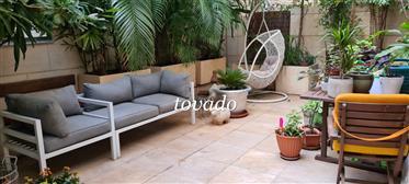 Красивая квартира с садом, расположенная в роскошной башне недалеко от бульвара Ротшильда в Тель-Ави