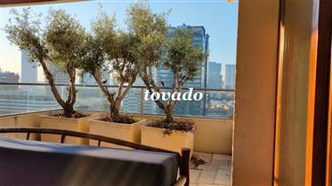 Плоский пентхаус с большими солнечными террасами в центре Тель-Авива в тихом и престижном районе, ро