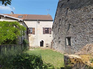 Maison en pierre dans charmant village