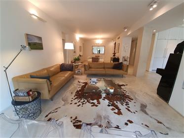 """דירה : 206 מ""""ר"""
