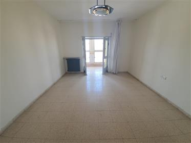 Appartement à vendre dans le centre-ville / Nachlaot.