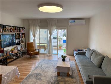 Au cœur de l'ancien quartier katamon Appartement entièrement rénové avec un beau bal sukkah