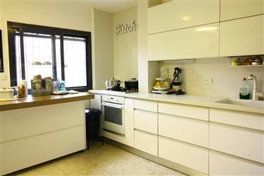 Renovated and beautiful 3.5 room apartment in the Armon Hana...