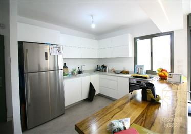 Lovely, Renovated And Bright 3.5 Room Apartment for Sale in Baka