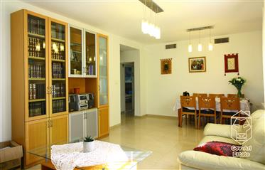 For sale, a renovated and bright 4.5-room apartment on the border of Katamon and Rasco!