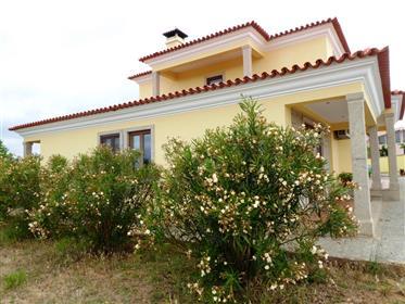 Maison neuve de 4 chambres, 2310 m² de terrain. Portugal, Mirandela.