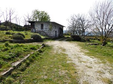 Casas em ambiente isolado, 540m altitude. Portugal, Porto, Marco Canaveses.