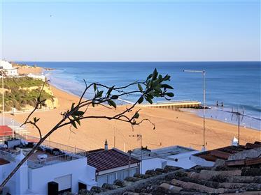 Fantástico prédio na zona histórica da cidade, junto á praia dos Pescadores e com excelente vista ma