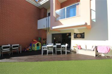 Excelente moradia em banda com 4 quartos, ampla garagem e grandes terraço!