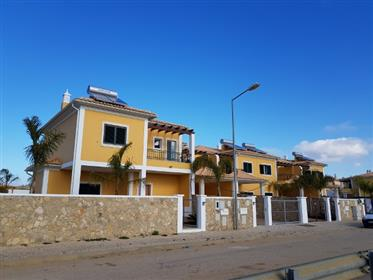 Excellent townhouse with 3+1 bedrooms and private garden.