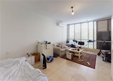 קומה שלישית חזיתית לקינג ג'ורג׳ ולשד׳ בן ציון 80 מ״ר עם מעלית   2 כיווני אוויר, מבנה ריב