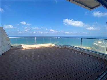 מיני פנטהאוז למכירה עם נוף מלא לים - גלי הים