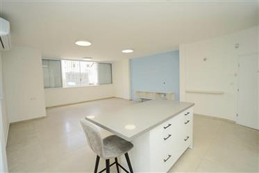 דירת 4 חדרים יפהפייה ומשופצת - קרוב לכיכר רבין