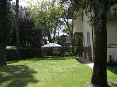 Villa con grande giardino