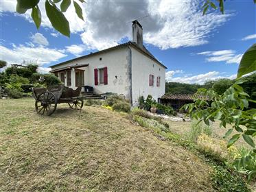 A pretty house with a beautiful view on the countryside only a few km from Villeréal. 4 bedrooms and