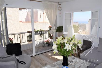 Precioso apartamento totalmente reformado en Mojácar Pueblo. Situado en primera planta, el