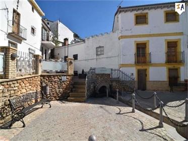 Situado con vistas a una maravillosa plaza española con un manantial de agua corriente en