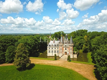 Remarkable listed chateau in the Loir-et-Cher department.
