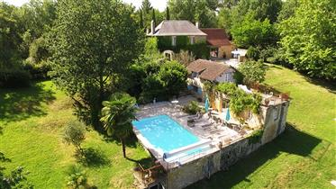 Belle propriété de charme  isolée et sa piscine chauffée sur...