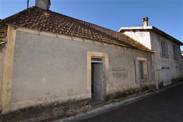 Maison de village en pierre à restaurer avec jardinet