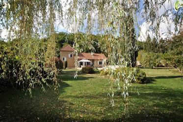 Jolie maison traditionnelle plain pied de 120 m² et sa piscine sur beau terrain de 3600m²