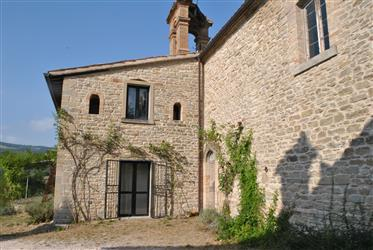 Maison canonique restaurée avec église ancienne