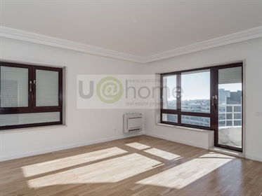 4 bedroom apartment with river and Monsanto view