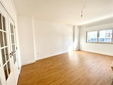 Apartamento T2 em Carcavelos remodelado e garagem