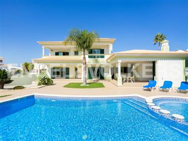 Espaçosa moradia com piscina e a pé da praia