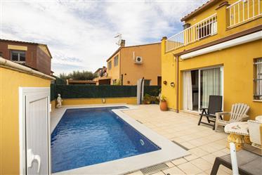 Moi huis in Sant Pere Pescador met zwembad en garage