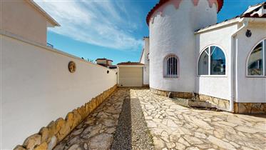 Villa con gran terraza solarium en Empuriabrava