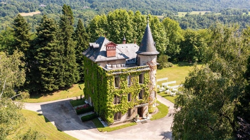 This medieval chateau was totally reconstructed in the 18th century and has a fine view with a wonde