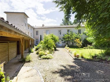 A beautifully renovated Mansion House with Chambre d& 039 ho...