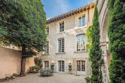 This charming private mansion is located a few steps from the Popes& 039 Palace of Avignon, in a qui