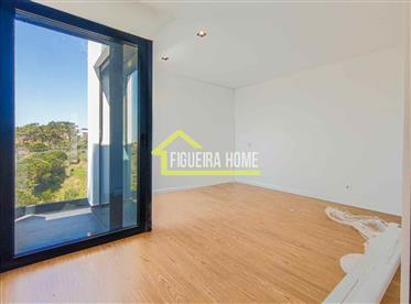 Moradia T3 isolada, de arquitetura moderna, em Buarcos a dois passos da praia