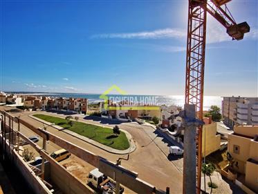 T3 +G em condomínio de luxo com piscina privada no topo do edifício, em frente à praia.
